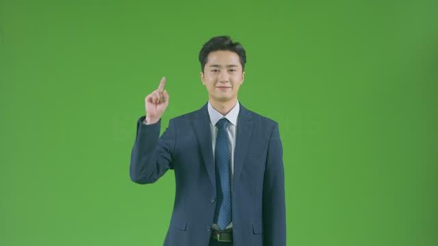 크로마키 손으로 손짓하며 숫자 1을 가리키는 비즈니스맨 모습