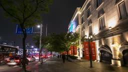 서울 압구정 갤러리아 백화점 앞 의 보행자도로