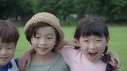 어깨동무를 하고 웃고있는 아이들의 모습