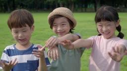 손을 뻗어서 인사하는 아이들의 모습