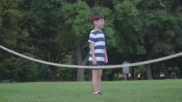 줄넘기를 하는 남자아이의 모습