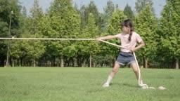 줄다리기를 하는 여자아이의 모습