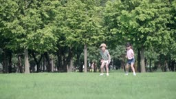 달리기를 하는 남자아이와 여자아이의 모습
