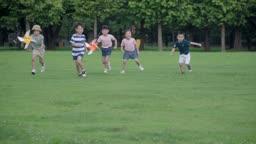 바람개비를 가지고 달려오는 아이들의 모습