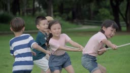 줄다리기를 하는 아이들의 모습