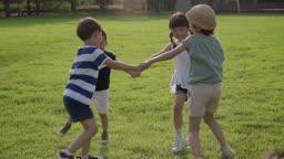 서로 손을 잡고 도는 아이들의 모습