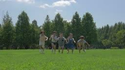 달리기를 하는 아이들의 모습