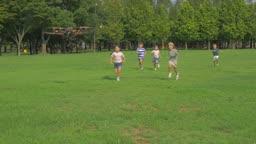 드론을 쫓아 달려가는 아이들의 모습
