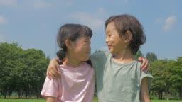 어깨 동무하면서 웃고있는 남자아이와 여자아이의 모습