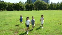 걸어가는 아이들의 모습