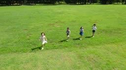 뛰어가는 아이들의 모습