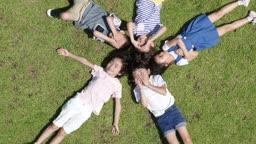 잔디밭에 누워있는 다섯명의 아이들