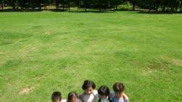잔디에서 포즈를 취하고 있는 아이들