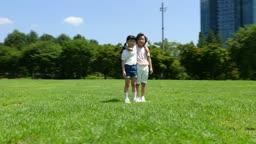 어깨동무를 하고 있는 여자아이와 남자아이의 모습