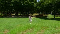 뛰면서 장난치는 남자아이와 여자아이의 모습