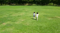 뛰어가는 남자아이와 여자아이의 모습