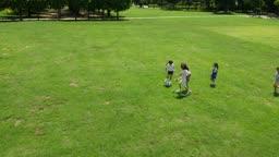 축구공을 가지고 노는 아이들의 모습