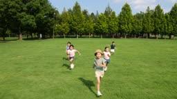 달리기를 하는 다섯명의 아이들