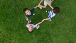 손을 잡고 하늘을 보면서 웃는 아이들의 모습
