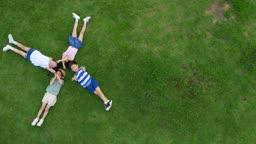 잔디밭에 누워 눈을 감고있는 아이들의 모습