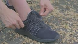 신발을 끈을 고치는 손