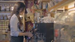 커피포트를 잡고 웃는 여자