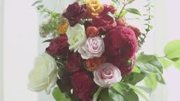 커튼과 꽃병의 모습