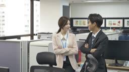 여자 직원과 남자 직원의 모습