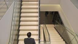 회사원들이 계단을 오르 내리는 모습