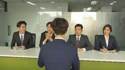남자 여자 면접관들이 직원 면접을 보는 장면