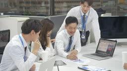 회사원들이 회의하는 장면