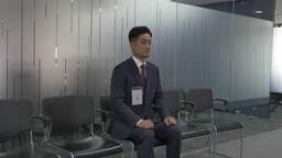 남자 구직자가 면접을 위해서 대기하는 장면