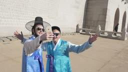한복을 입은 외국인이 핸드폰으로 촬영하는 장면