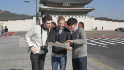 한국인이 외국인 두명에게 길을 알려주는 모습