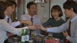 직장인들 회식중 소주잔으로 건배하는 모습