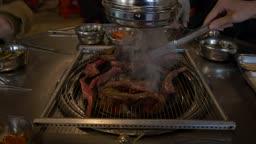 음식점에서 소갈비를 굽는 모습