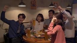 술집에서 직장인들 회식하는 모습