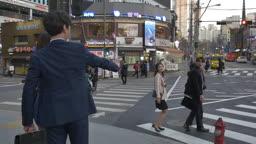 직장인들 길거리에서 인사하는 모습