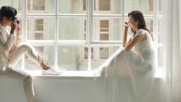 창가 앉아있는 신랑 신부의 모습
