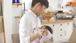 한국 아빠와 아기의 모습