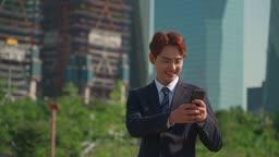 핸드폰 확인 후 기뻐하는 직장인 남성