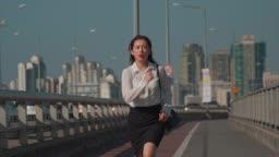 다리 위에서 뛰어가는 직장인 여성
