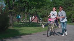 공원에서 자전거를 타고 달리는 커플