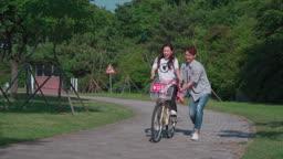 공원에서 자전거를 타는 커플