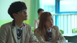 교실에 앉아있는 학생들