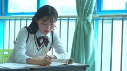 책상에 앉아 공부하는 여학생