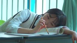 책상에서 공부하는 여학생