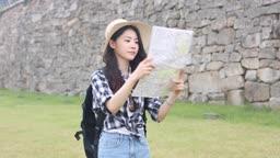 지도보며 목적지를 찾고 있는 여자 관광객