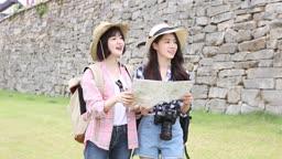 지도보며 목적지를 찾고 있는 여자 관광객들