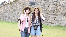 여행지에서 셀카찍고 있는 여자 관광객들